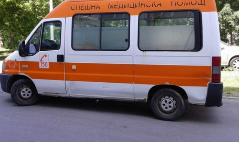 Майка с двете и деца, пътували в таксиметров