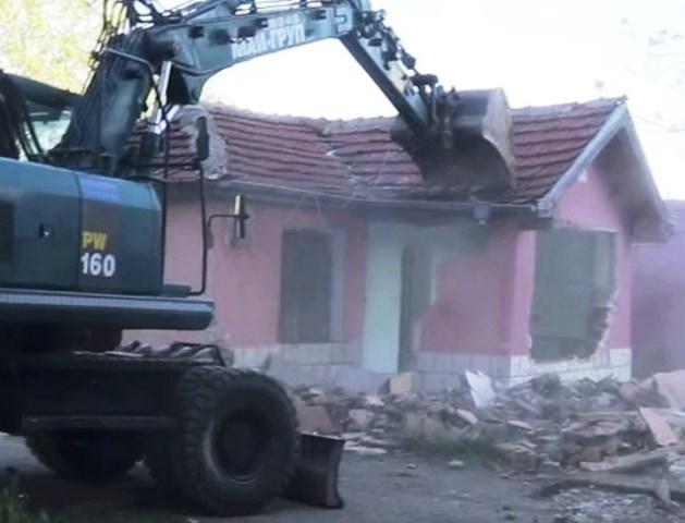 Снимка: Срокът Изтече: Багери Бутат Незаконни Постройки В Стара Загора!