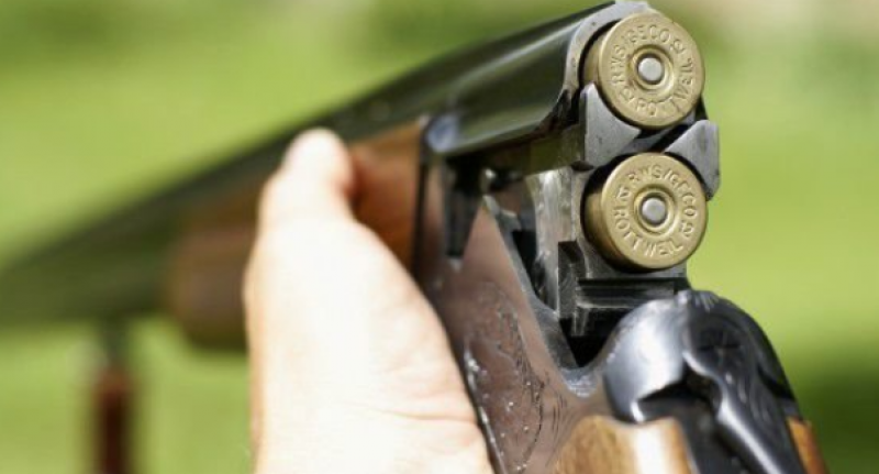 Мъж е прострелял младеж след скандал в Белослатинско,