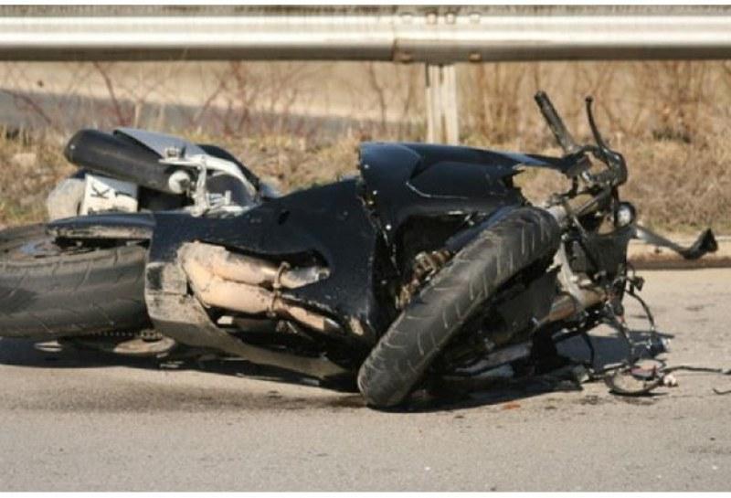 Моторист на 22-години загина на място при сблъсък