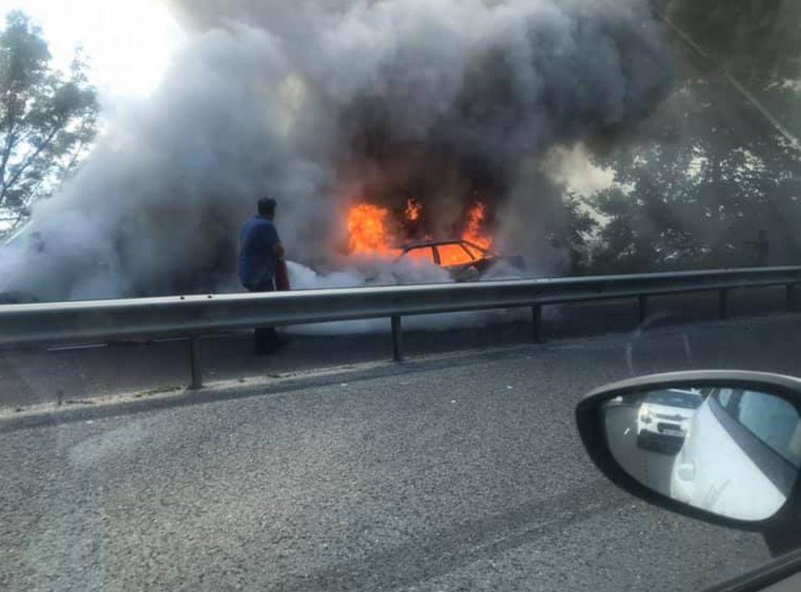 След удара колата избухва в пламъци, които обхващат и камиона,
