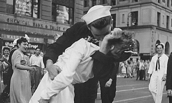 Моментът е уловен от фотографа Алфред Айзенстед.