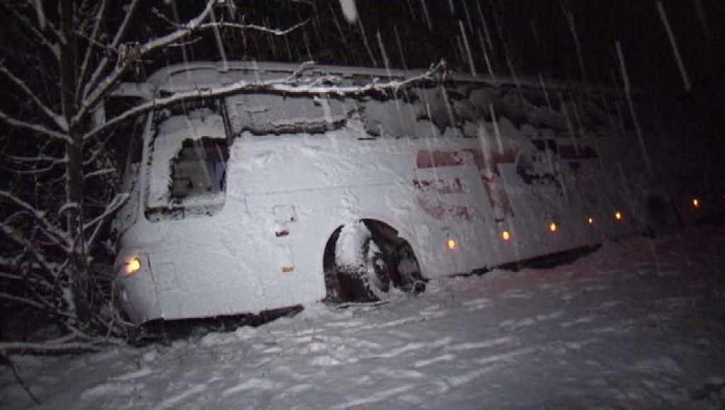 Автобусът пък остана в канавката през цялата нощ. Жълт код