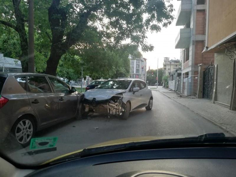 Автомобил Рено е зарязан на ул.