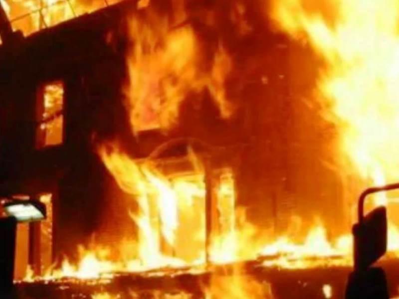 При пожара са пострадали леко и около десет полицаи, които