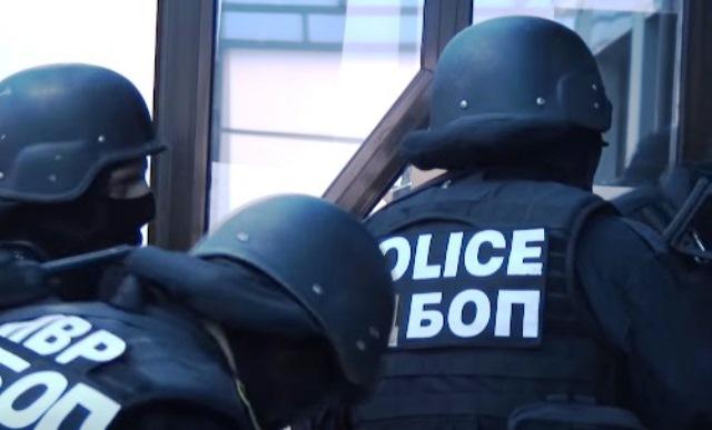 Арестът на петима от тях стана в събота вечер на