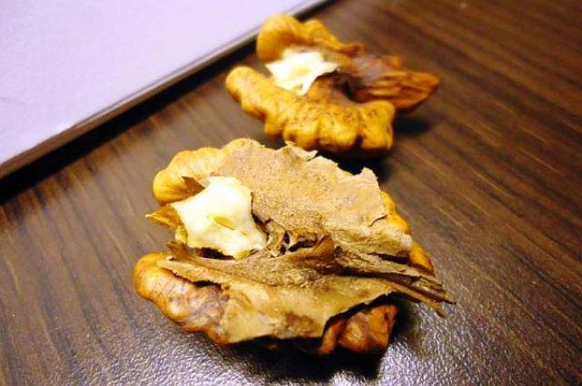 Рецепта: 1. 2 супени лъжици орехови преградки се поставят в
