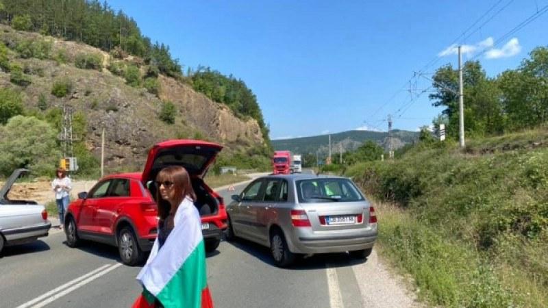 Протестиращи блокираха пътя на 2 километра от ГКПП