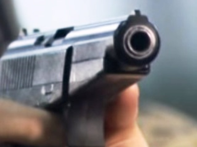Според очевидци той се разбеснял, извадил пистолет и започнал да