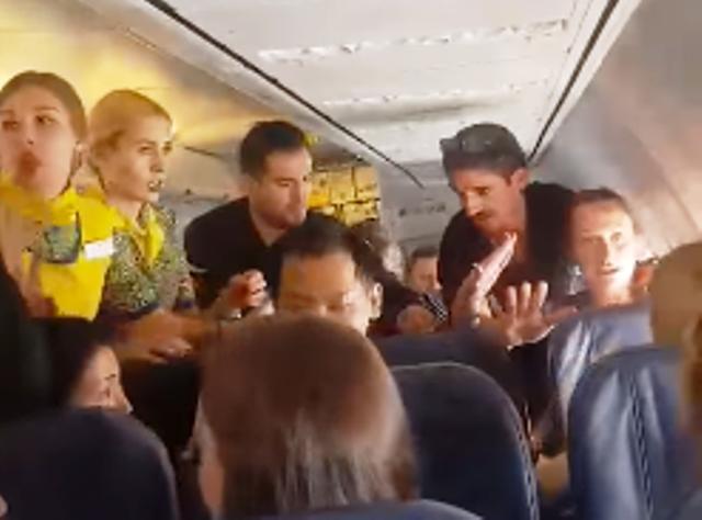 Пътничката игнорира молбите на стюардесите да не изпива бутилката. След