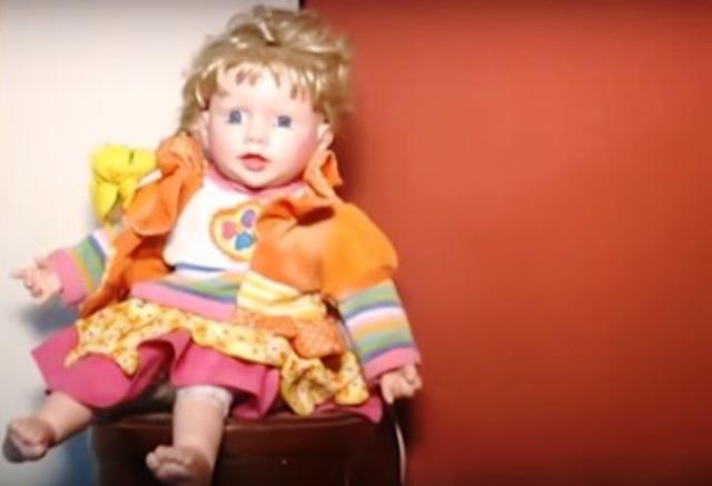 Според всички членове на семейството куклата е била прокълната. Разказват,
