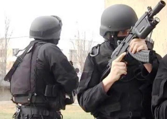 Във видео, разпространено в социалните мрежи, се вижда арестант, който