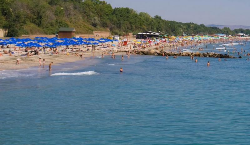 Плажът в Крайморие е препълнен, буквално няма къде