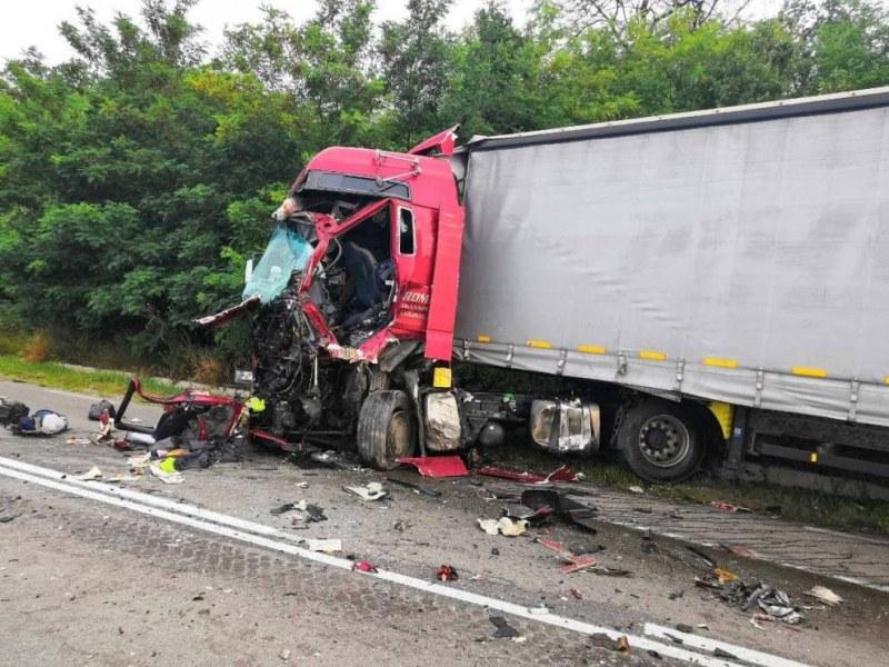 Три камиона са се ударили тази сутрин на