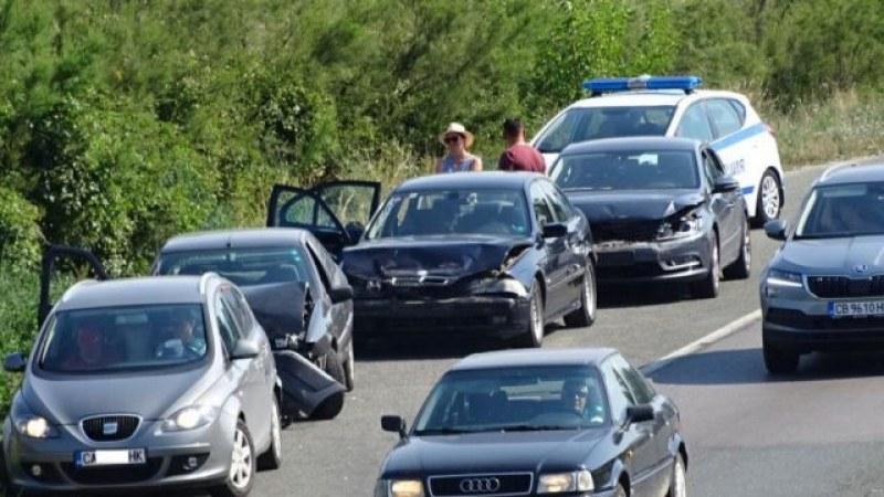 Катастрофа между три автомобила предизвика задръстване по пътя