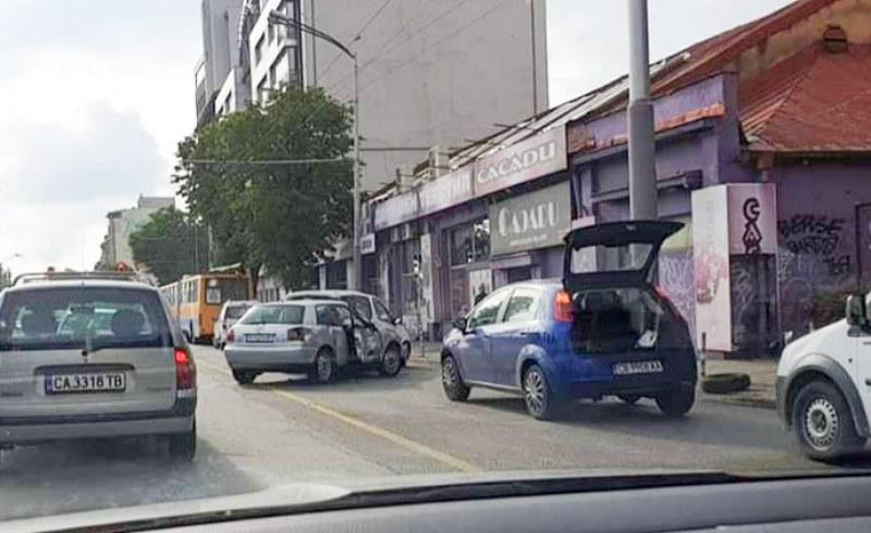 Катастрофа между тролейбус и няколко коли е станала