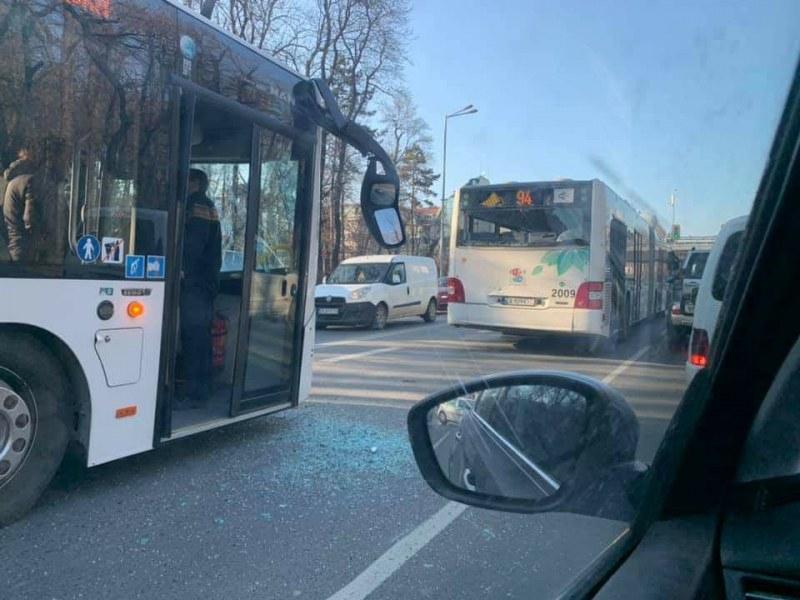 Катастрофа между два автобуса затапи столичен булевард. Двата