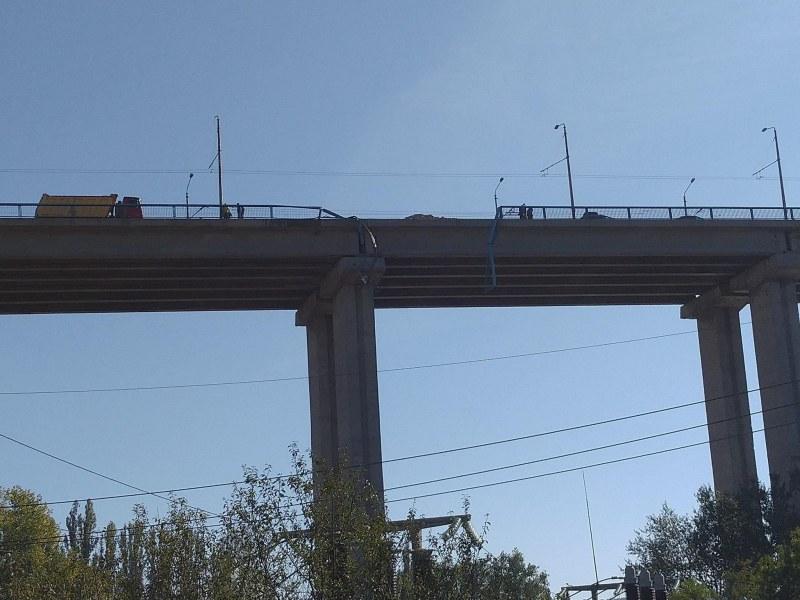 Шофьорът на камиона, паднал от Аспаруховия мост, е
