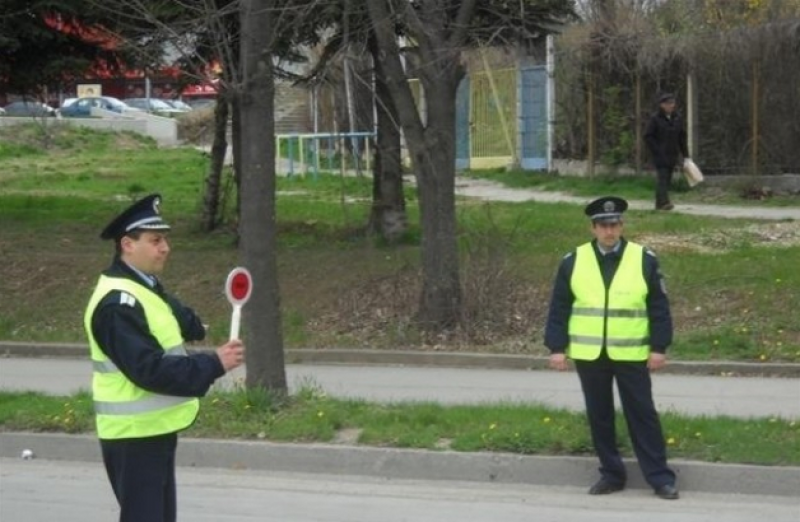 Трима шофьори, предложили подкуп на полицаи, за