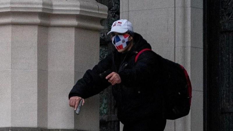 Въоръжен мъж, крещящ: