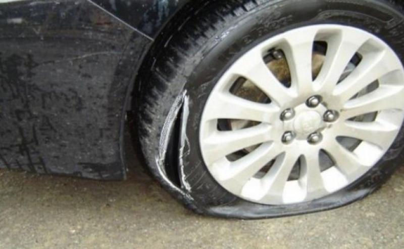 Неизвестни хулигани нарязаха гумите на 21 автомобила в нощта на